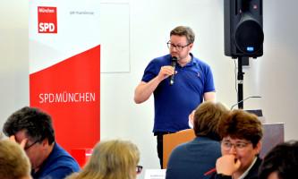 Lars Mentrup begründet für die Antragskommission deren Empfehlung