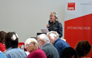 Barbara Marc begründet für die Antragskommission deren Empfehlung