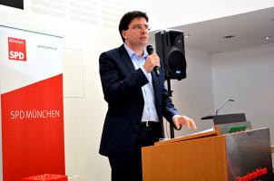 Florian von Brunn, stellvertretender Parteivorsitzender stellt den Leitantrag vor