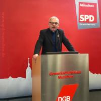 Partei-Vize Roland Fischer stellt den Leitantrag vor