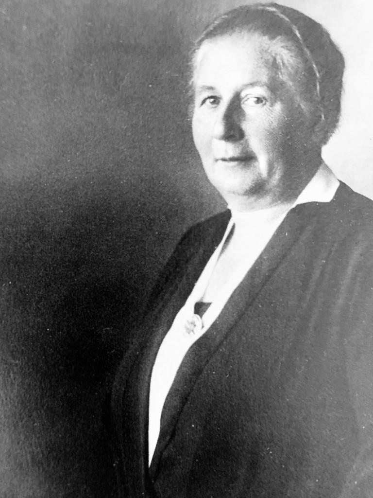 Die Pflegerin Auguste Halbmeier zieht zunächst für die USPD 1919 ins Rathaus ein. 1924 ist sie die einzige Frau in der SPD-Stadtratsfraktion.