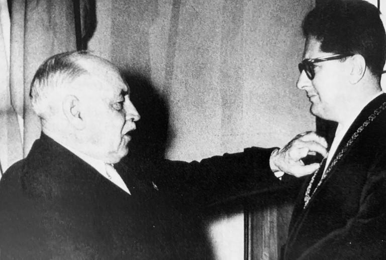 1960 übergibt Thomas Wimmer die Amtskette des Oberbürgermeisters an seinen Nachfolger Dr. Hans-Jochen Vogel